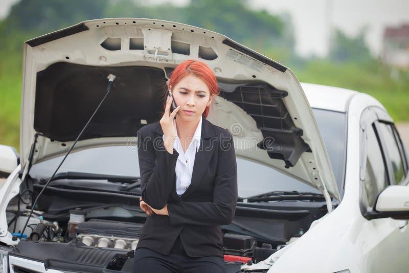 Donna con l'automobile ripartita fotografia stock libera da diritti