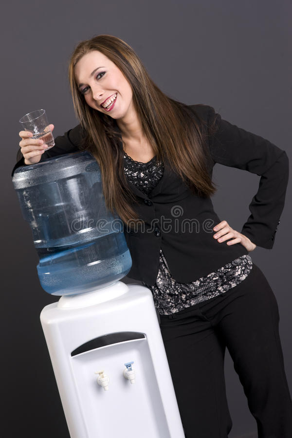 Donna con l'erogatore dell'acqua fotografia stock libera da diritti