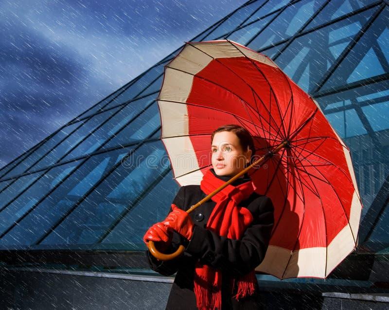 Donna con l'ombrello rosso fotografia stock libera da diritti
