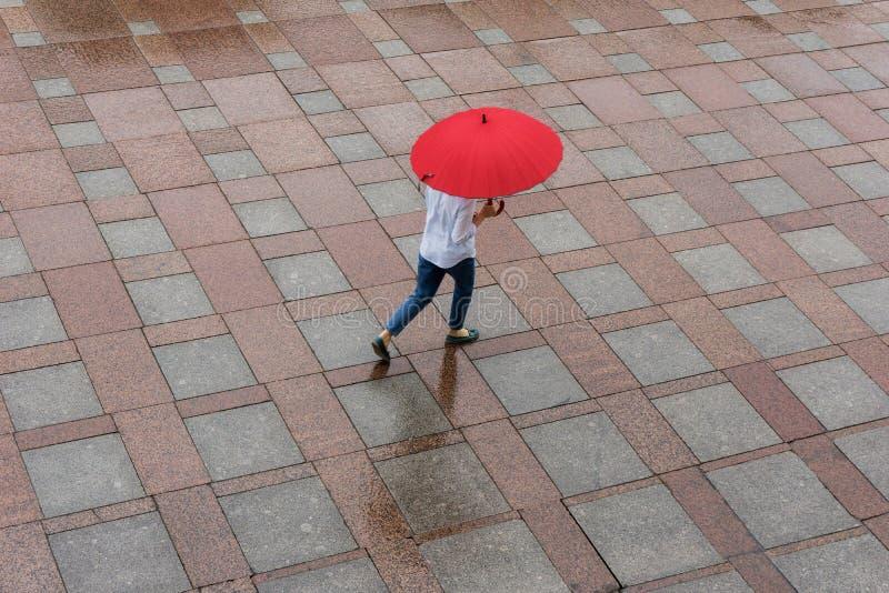 Donna con l'ombrello rosso immagine stock libera da diritti