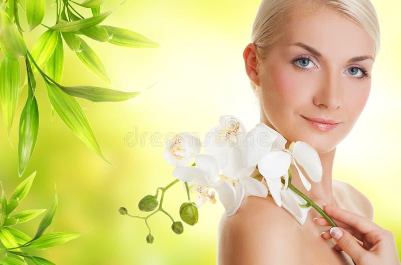 Donna con l'orchidea bianca immagini stock libere da diritti