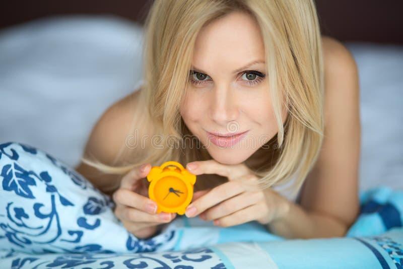 Donna con l'orologio fotografie stock libere da diritti