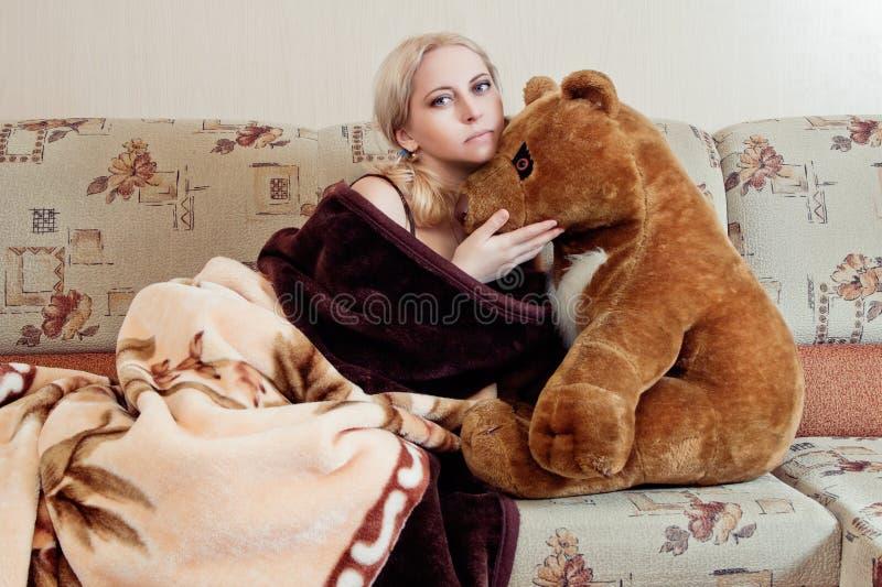 Donna con l'orsacchiotto immagine stock