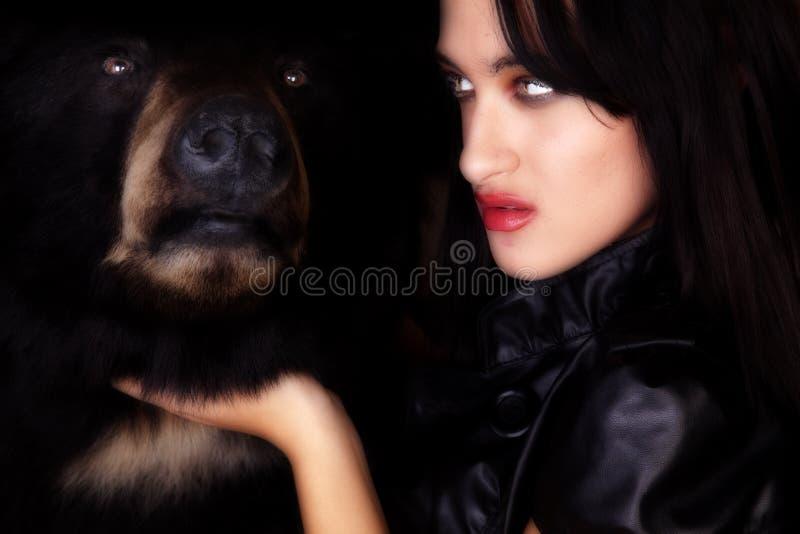 Donna con l'orso immagini stock libere da diritti