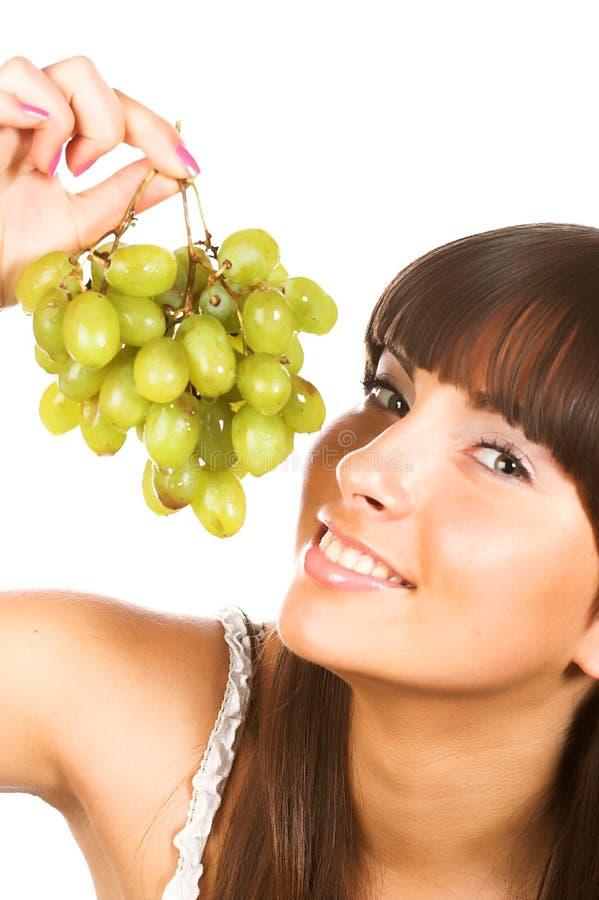 Donna con l'uva verde immagine stock libera da diritti