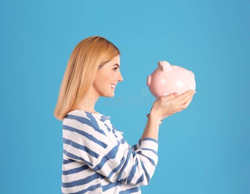 Donna con la Banca Piggy fotografia stock