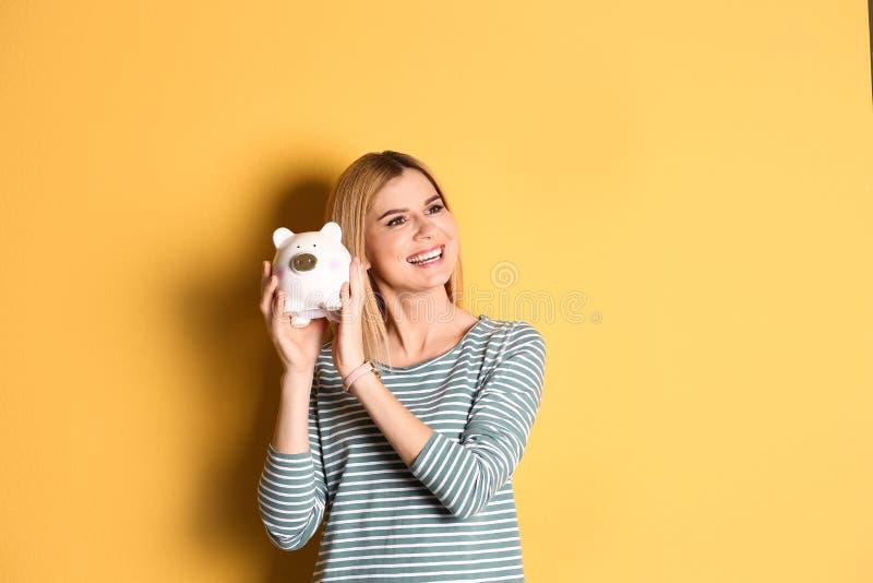 Donna con la Banca Piggy immagini stock