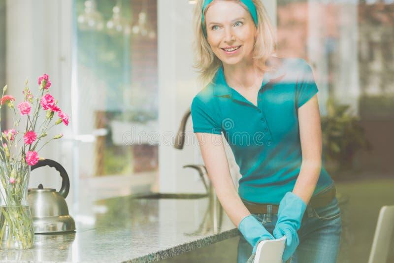 Donna con la banda blu sulla testa immagini stock