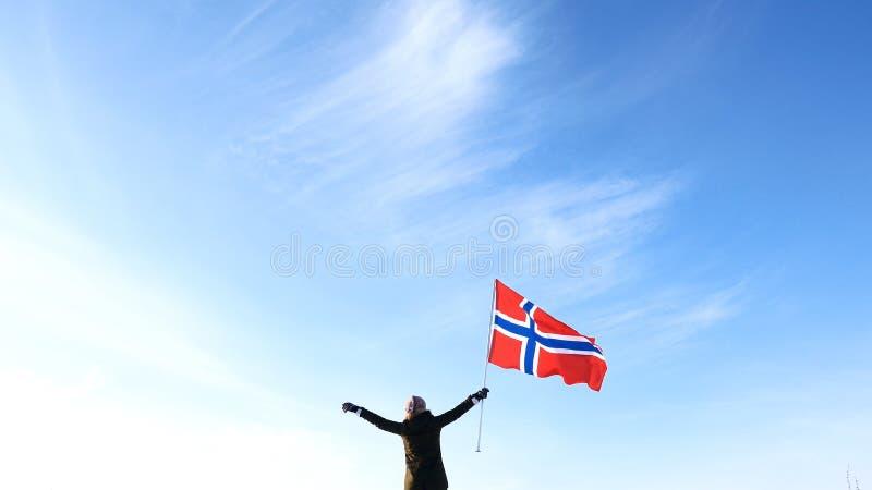 Donna con la bandiera della Norvegia sul punto superiore Riuscito concetto del winer fotografia stock libera da diritti