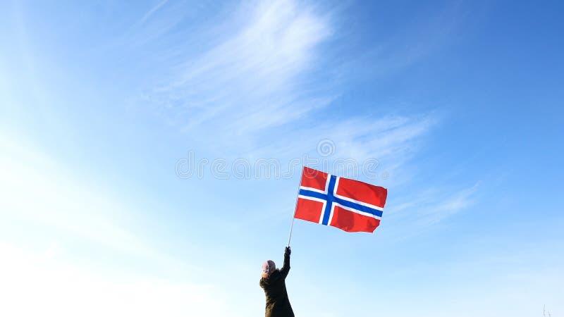 Donna con la bandiera della Norvegia sul punto superiore Riuscito concetto del winer immagine stock libera da diritti