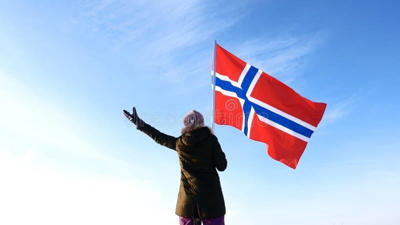 Donna con la bandiera della Norvegia sul punto superiore Riuscito concetto del winer fotografie stock libere da diritti