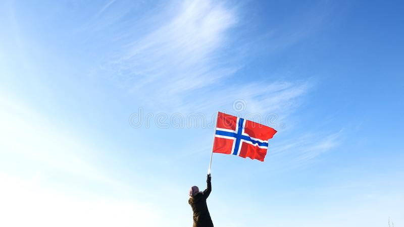 Donna con la bandiera della Norvegia sul punto superiore Riuscito concetto del winer fotografia stock