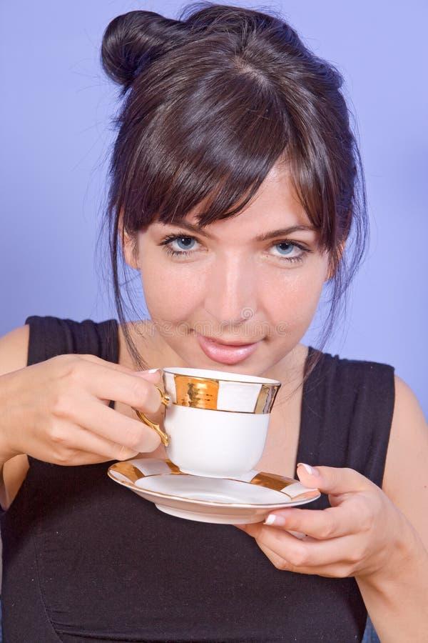 Donna con la bevanda fotografia stock libera da diritti