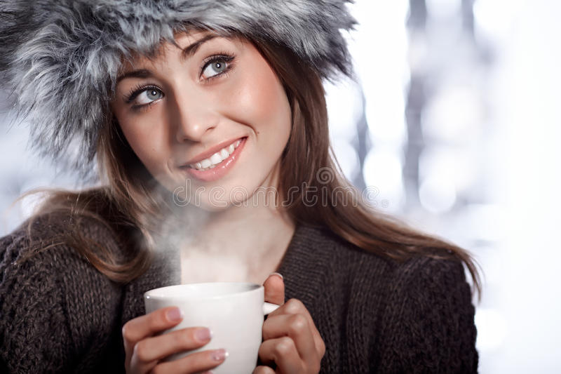 Donna con la bevanda del caffè fotografie stock