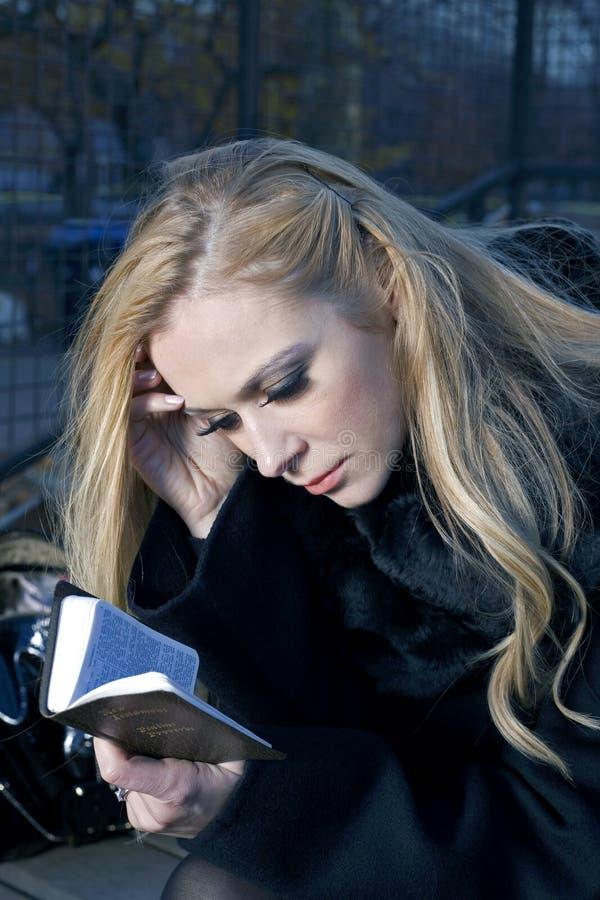 Donna con la bibbia immagine stock
