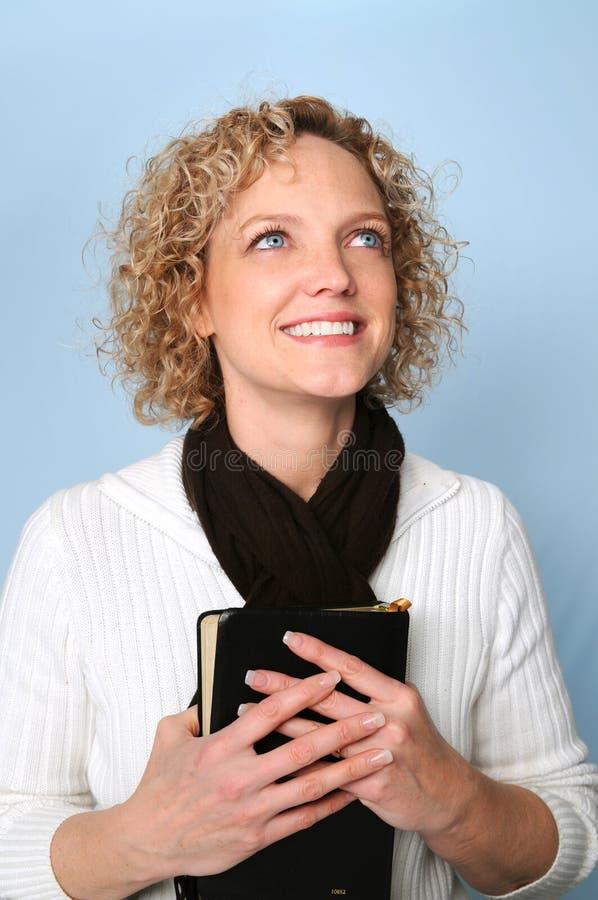 Donna con la bibbia fotografia stock