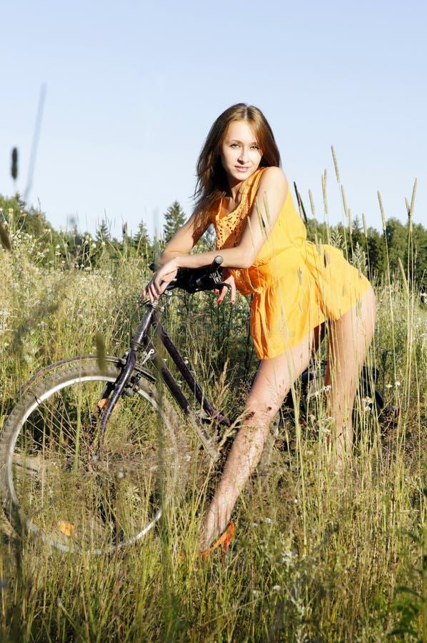 Donna con la bici fotografia stock libera da diritti