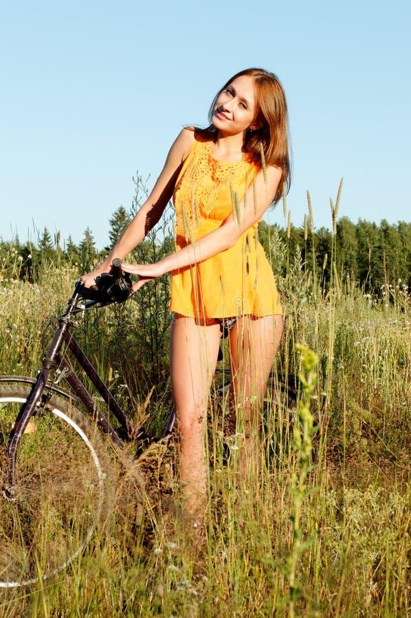 Donna con la bici immagine stock libera da diritti