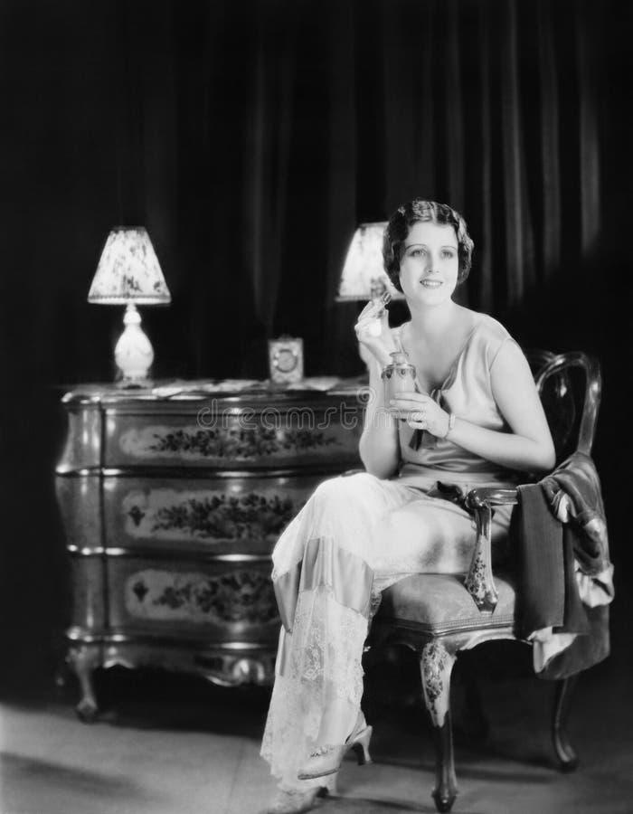 Donna con la bottiglia di profumo (tutte le persone rappresentate non sono vivente più lungo e nessuna proprietà esiste Garanzie  fotografie stock libere da diritti