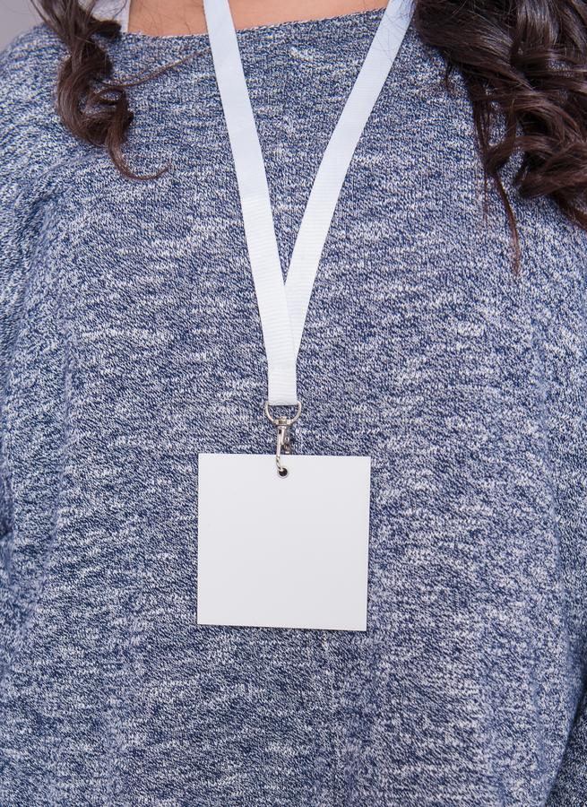 Donna con la carta in bianco di identificazione dell'etichetta Modello per progettazione immagini stock libere da diritti