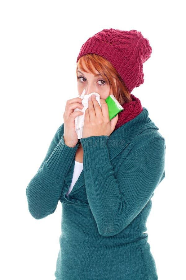 donna con la cattura del fazzoletto un freddo fotografia stock