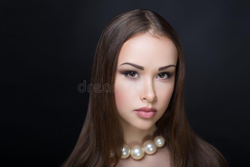 Donna con la collana della perla fotografie stock libere da diritti