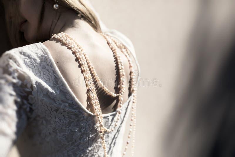 Donna con la collana della perla fotografia stock