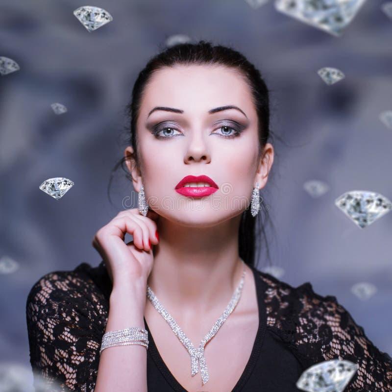 Donna con la collana e braccialetto ed orecchini immagine stock