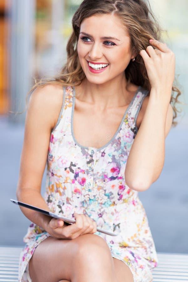Donna con la compressa digitale fotografie stock