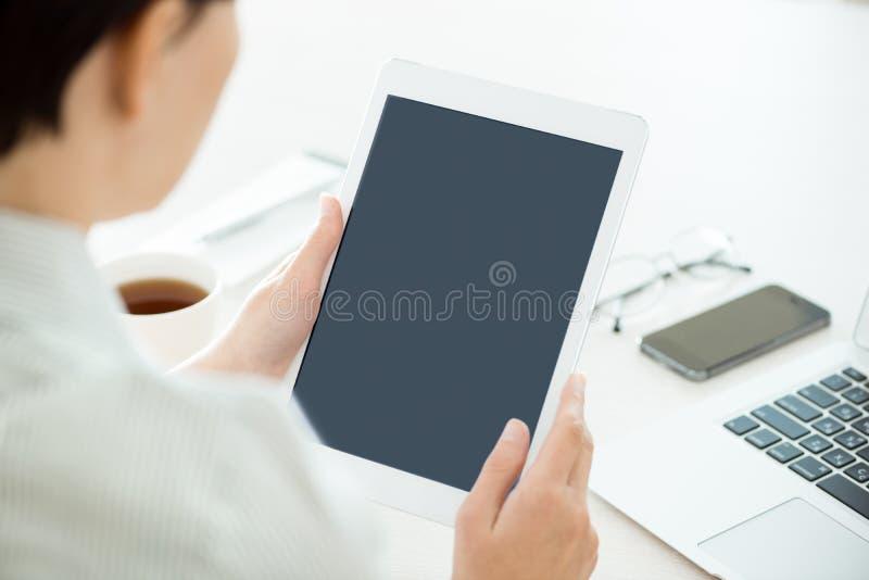 Donna con la compressa digitale in bianco immagini stock