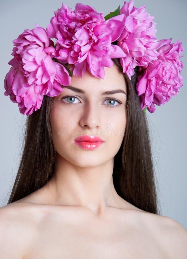 Donna con la corona della peonia fotografie stock libere da diritti