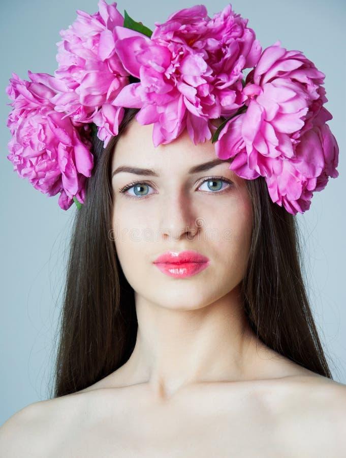 Donna con la corona della peonia fotografia stock libera da diritti