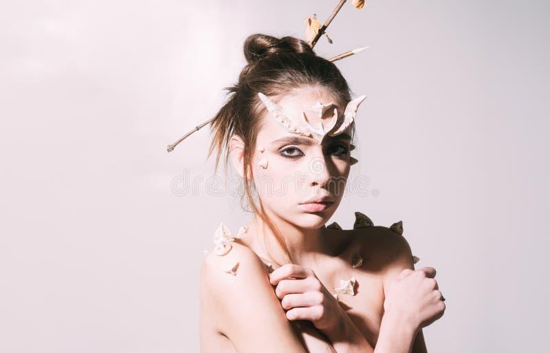 Donna con la creatura di fantasia delle spine e dei corni Carattere leggiadramente mistico della coda Concetto di idee di Hallowe fotografia stock libera da diritti