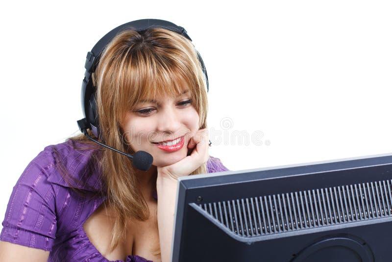 Donna con la cuffia avricolare che guarda il video fotografia stock libera da diritti