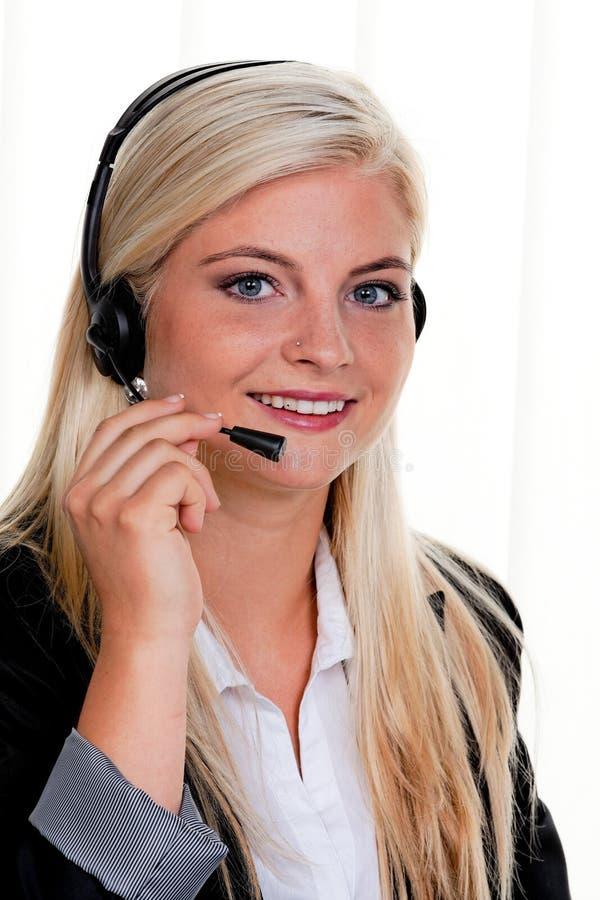 Donna con la cuffia avricolare del telefono in una call center fotografia stock