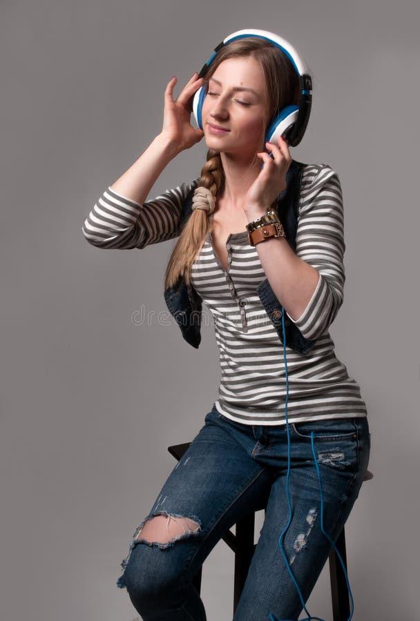 Donna con la cuffia che ascolta la musica fotografie stock