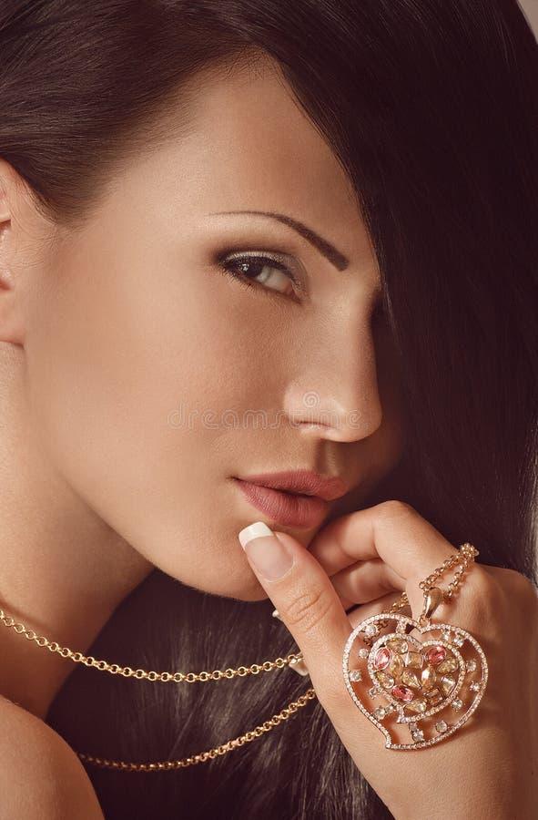Donna con la decorazione dei gioielli. fotografia stock