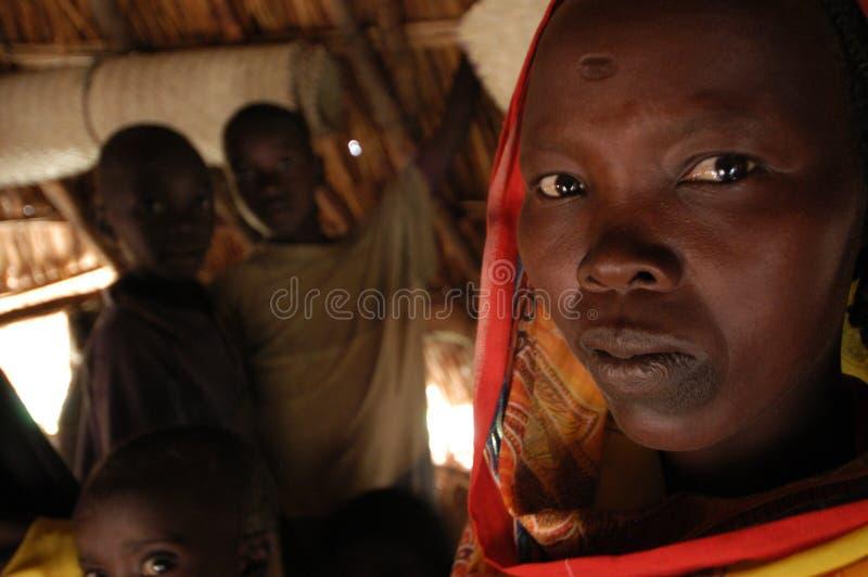 Donna con la famiglia in Darfur immagini stock libere da diritti