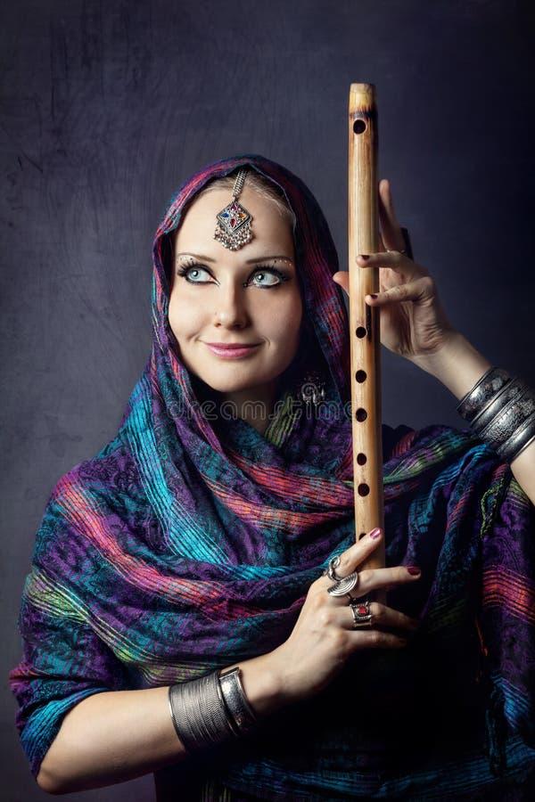 Donna con la flauto indiana fotografia stock libera da diritti