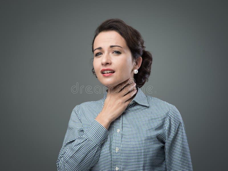 Donna con la gola irritata fotografia stock libera da diritti