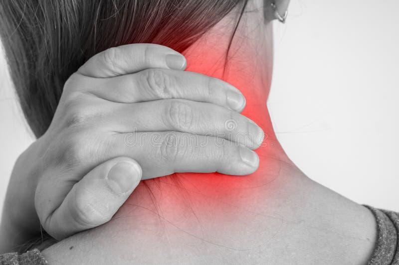 Donna con la lesione del muscolo che ha dolore nel suo collo immagini stock