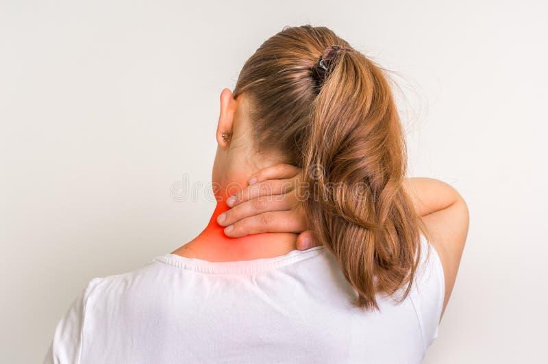 Donna con la lesione del muscolo che ha dolore nel suo collo immagine stock libera da diritti