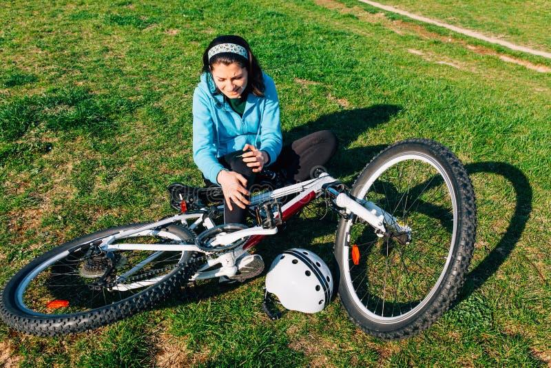 Donna con la lesione della bici fotografia stock