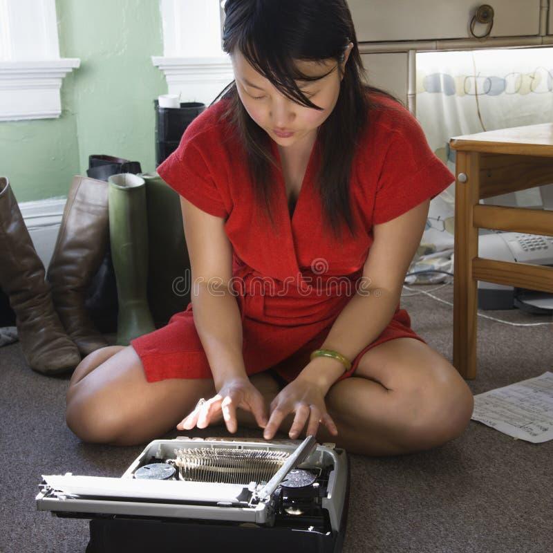 Donna con la macchina da scrivere. fotografie stock