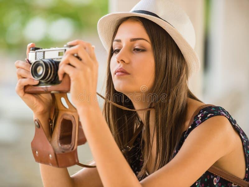 Donna con la macchina fotografica fotografie stock