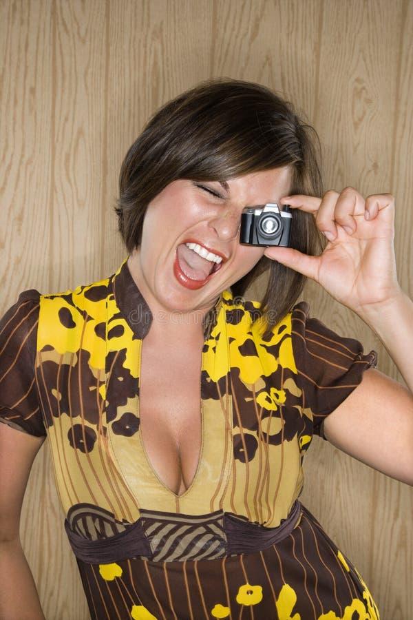 Donna con la macchina fotografica del giocattolo. fotografia stock