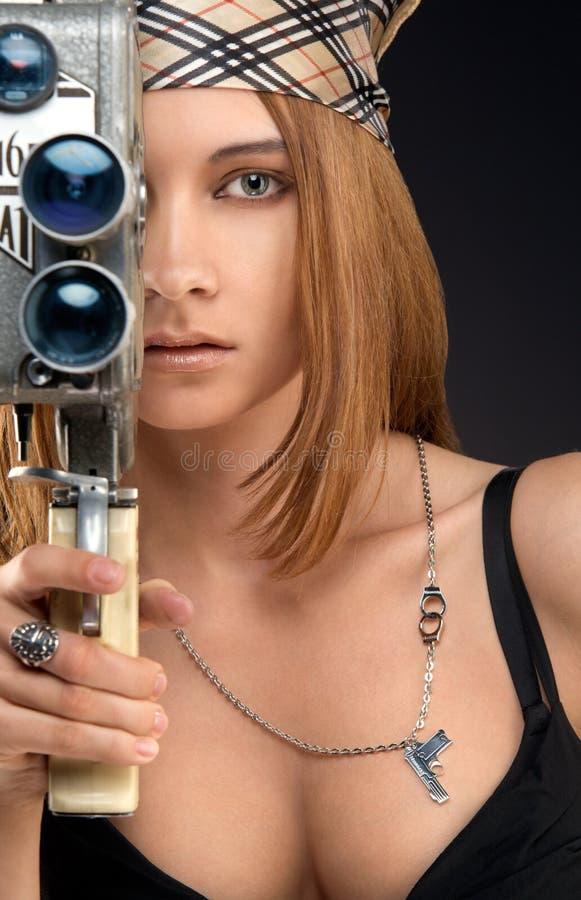 Donna con la macchina fotografica dell'annata immagini stock
