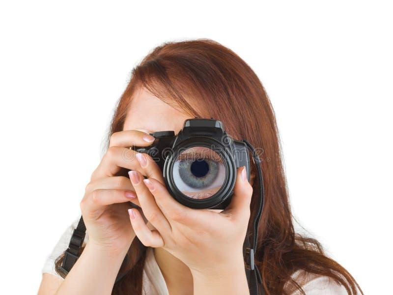 Donna con la macchina fotografica ed occhio in lente immagine stock