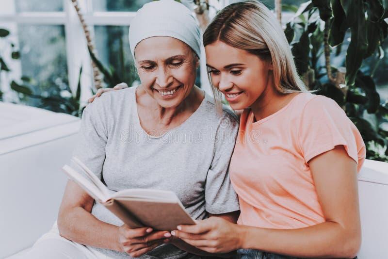 Donna con la madre cancro remissione clinica fotografia stock libera da diritti