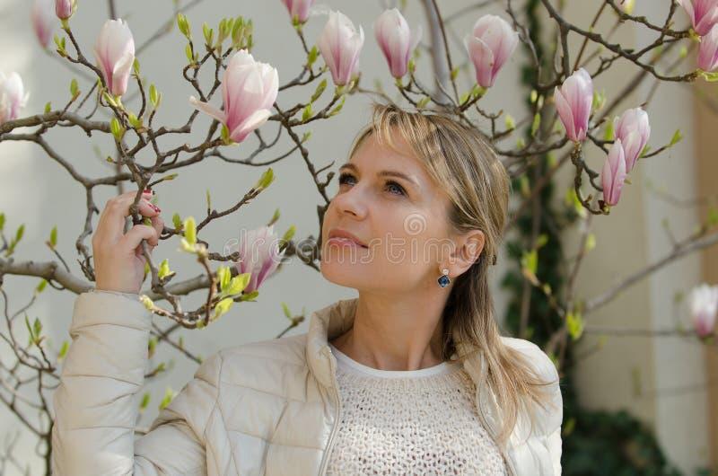 Donna con la magnolia fotografia stock